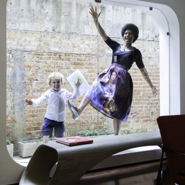 Alexandra e Raphael fazem pose divertida. Banco Doop, da Breton