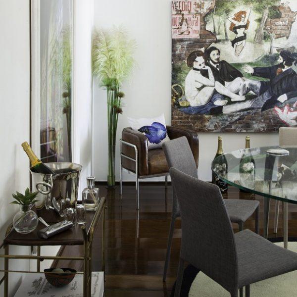 """Na sala de jantar, a tela feita por uma artista plástica francesa que viveu em São Paulo oferece uma releitura da obra """"Almoço na relva"""", de Édouard Manet"""