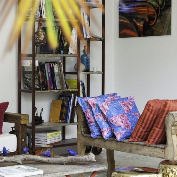 A estante acomoda os livros e objetos da família