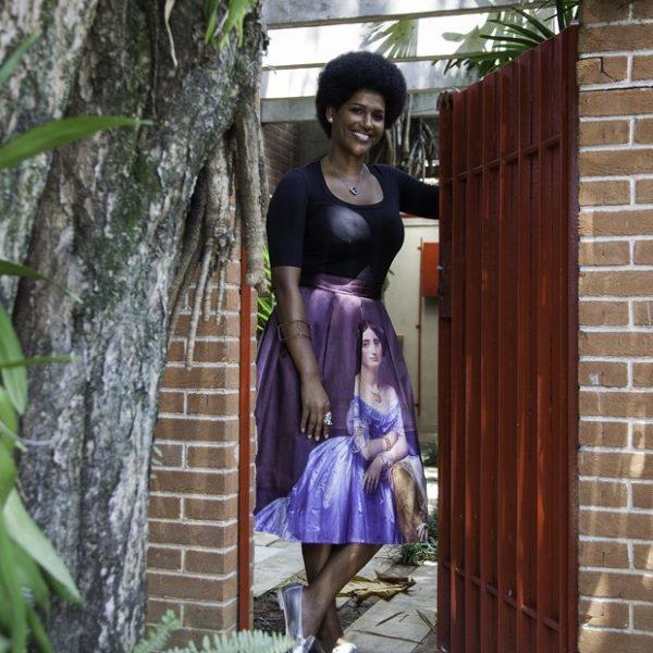 A escritora, palestrante e militante Alexandra Loras no portão de sua casa paulistana