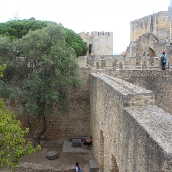 É possível e bem legal andar sobre as muralhas