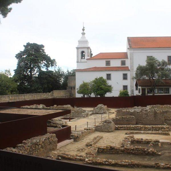 Aqui, o sítio arqueológico, que conta com guias para pequenos grupos em horários agendados