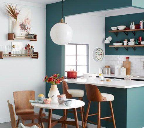 Balcão e parede da cozinha receberam o mesmo tratamento, o que unifica o espaço