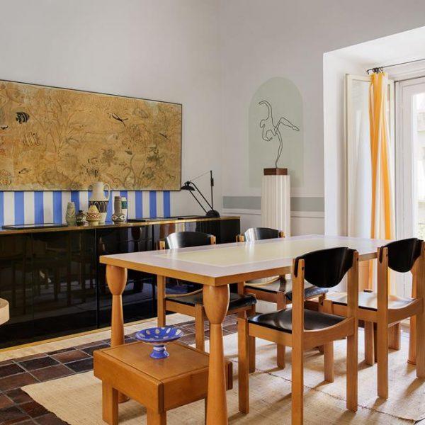 Mesa Filicudi de Ettore Sottsass, cadeiras francesas anos 1980. Mesinha Pierre Chapo e sobre  coluna, escultura francesa também dos anos 1980
