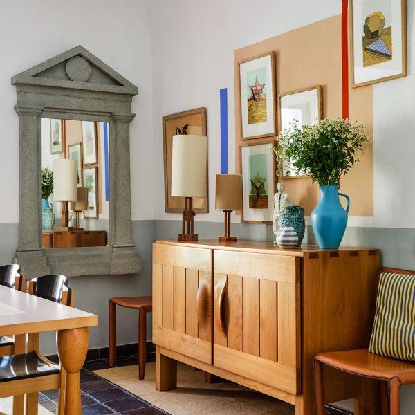 Aparador francês de Regain recebe vasos alemães dos anos 1960 e luminárias francesas. Na parede, litografias de Lucio Pezzo e espelho italiano de Vivaï