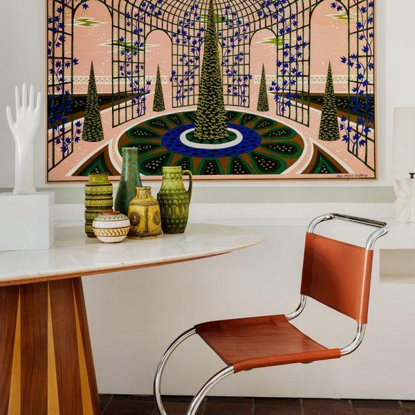 No quarto, mesa italiana de alabastro e marchetaria da metade do século XX, vasos da Alemanha e cadeira linda de Mies Van der Rohe. Tapeçaria midcentury de Jean Picart Le Doux