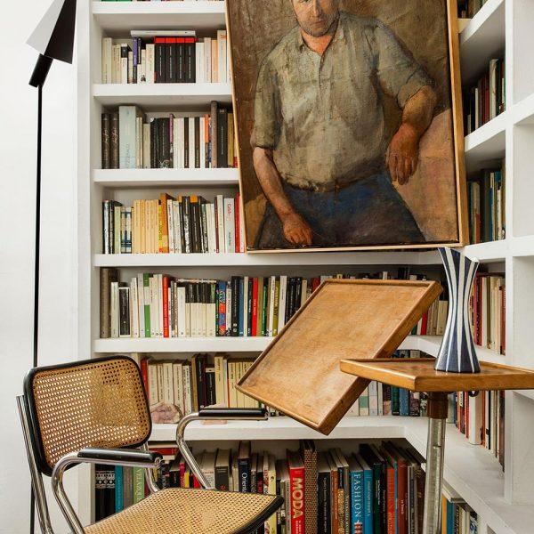 Na biblioteca a mesa Embru de Francois Caruelle faz companhia ao elegante vaso sueco anos 1970, e ao óleo francês dos anos 1930