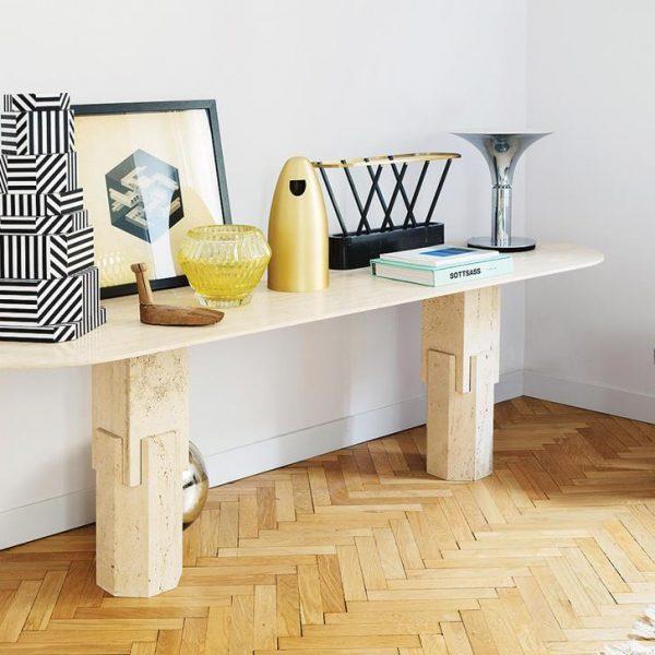 O vaso em Murano de Patricia Urquiola faz companhia à escultura em P&B e objetos garimpados pelo designer