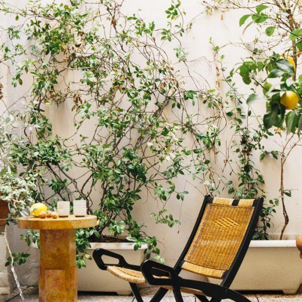 """Ainda no terraço, """"Ionik"""", mesa lateral em mármore assinada por Nicholas e seu sócio no Oeviffe, escritório de design"""