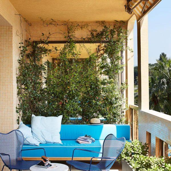 Plantadas em jardineiras, as plantas revestem as paredes da sacada