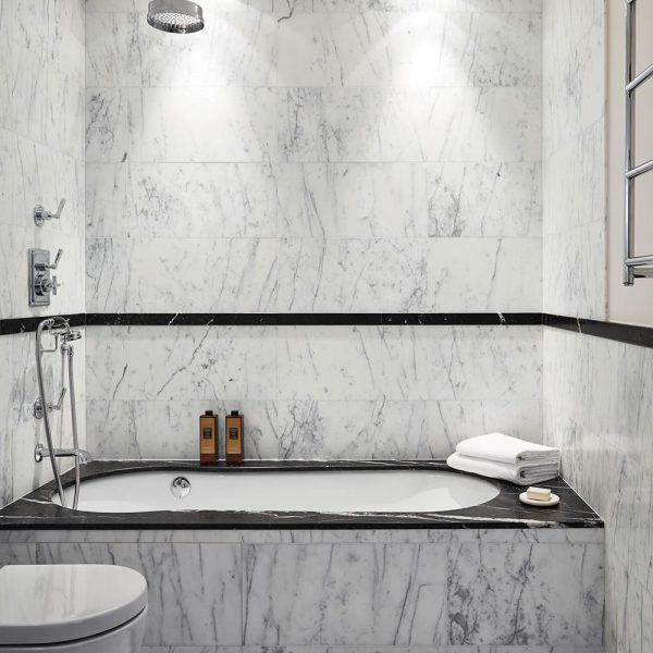 O mármore reveste o banheiro em Mônaco