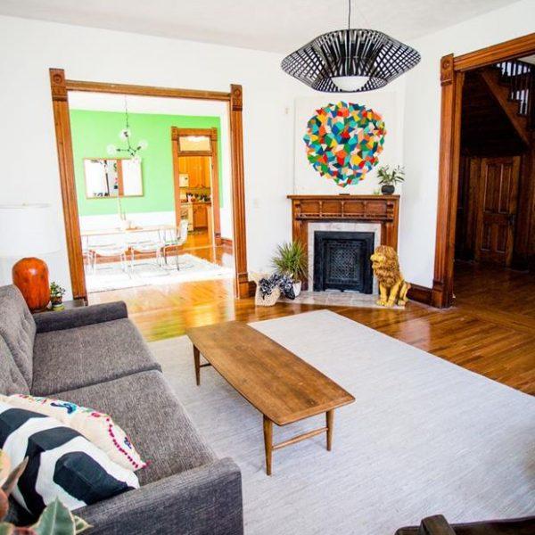 Piso e molduras das portas mantidos na forma original conferem peso à composição.