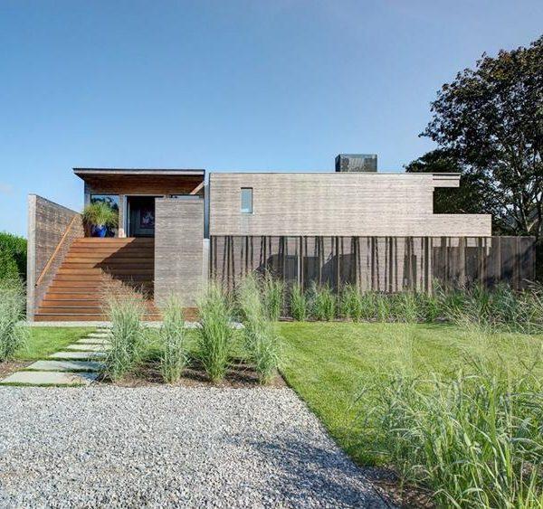 Dois ou três materiais diferentes são o máximo que um projeto minimalista e moderno suporta sem cair no passado.
