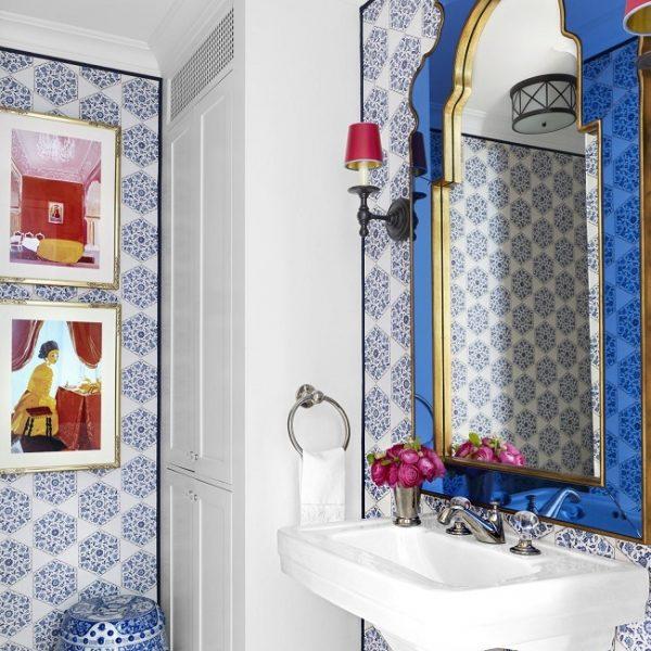 O vermelho aparece nas obras, colocadas sobre papel de parede azul e branco.