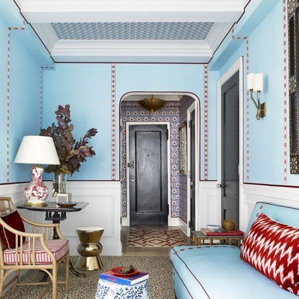 O hall de entrada já deixa claro o que esperar da decoração concebida por Mark Sikes. O tapete de onça é modelo espetacular, e quebra no ato o clima casa de boneca.