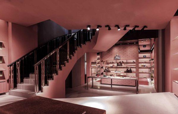 Giachi cobriu paredes, piso e mobiliário de rosa