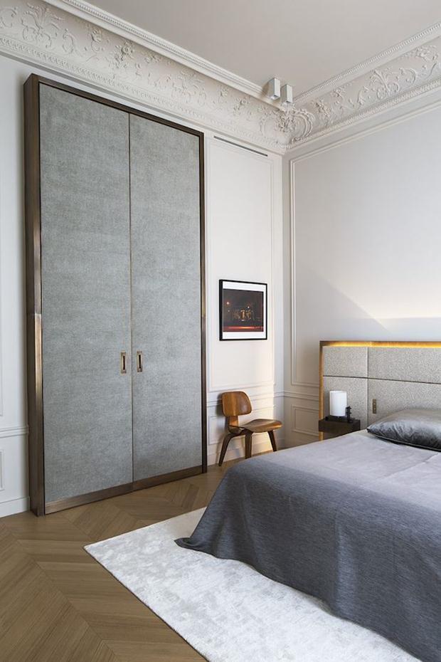A iluminação, um dos itens mais importantes em qualquer projeto, foi especialmente observado no apartamento em Paris.