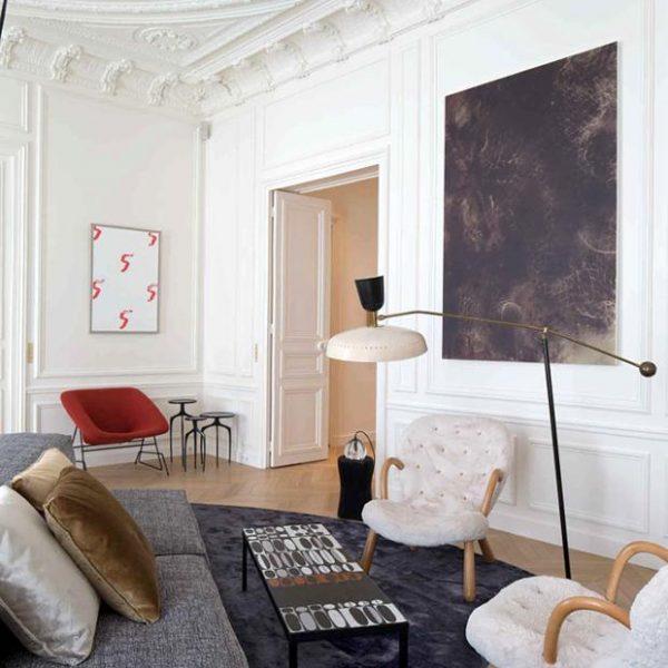 A mobília em cores neutras faz composição bacana com os elementos antigos do imóvel.