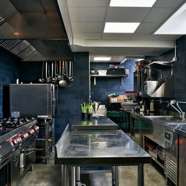 A cozinha, linda, que recebe alimentos que seriam inutilizados pelas empresas do ramo, restaurantes, hotéis e supermercados