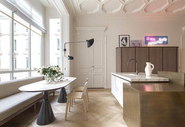 Mármore e metal completam a composição nesta cozinha dos sonhos. Neon em alta, anote!