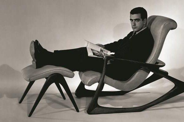 O designer posa em uma de suas lindas cadeiras