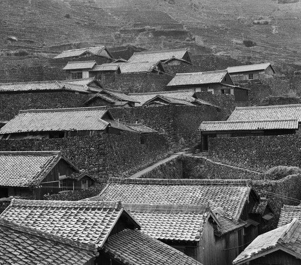 Delicadeza e poesia nos telhados de casas simples