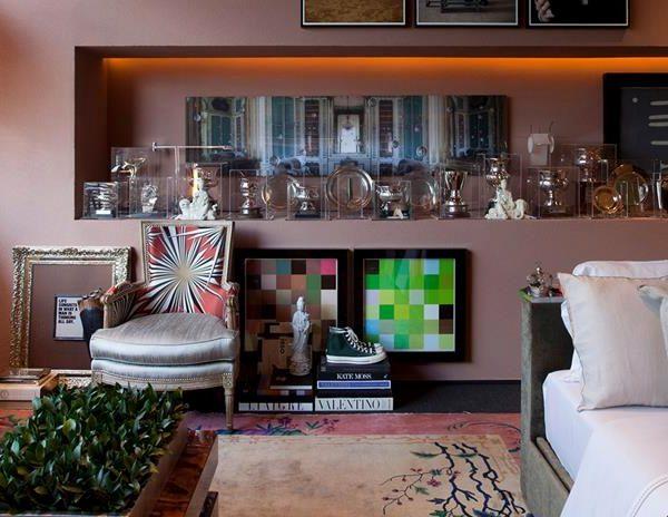 O living, com direito a sofá e troféus expostos em caixas de acrílico, conquistados por Michel, cavaleiro premiado