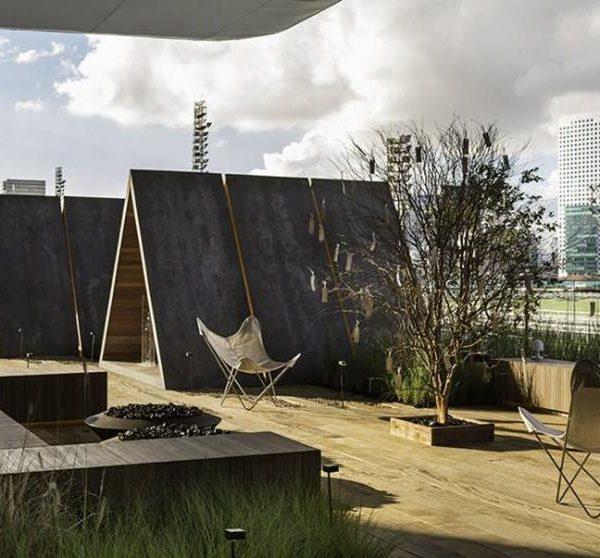 O Abrigo de Memórias, de Duda Porto. As cabanas relembram o surgimento da cidade de São Paulo e trazem uma reflexão do diálogo possível e pretendido com esta que hoje é uma das maiores cidades do mundo