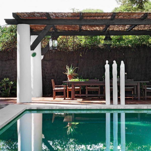 A piscina recebeu esculturas de Adolfo Barnatán