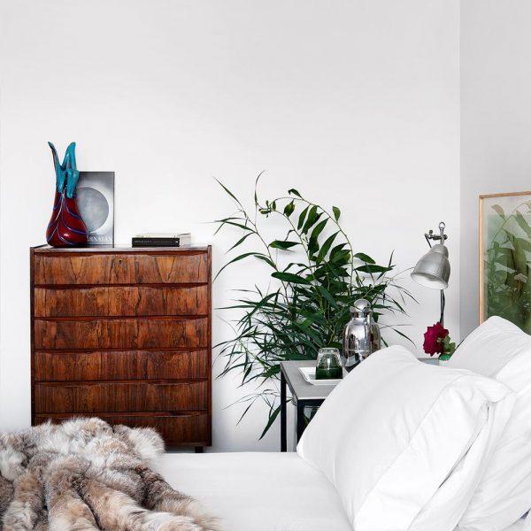 Cômoda anos 1950 e vaso de Murano anos 1960 da  Antigüedades Fortuny, fazem companhia à manta de pele da marca da dona da casa