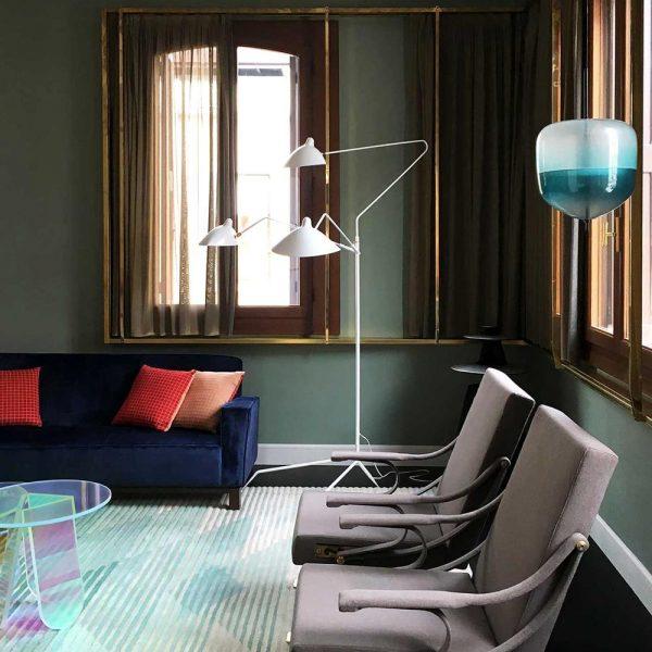 Observe a solução para colocar as cortinas de maneira atual. Uma estrutura em ferro que trata as janelas, em paredes opostas, como conjunto