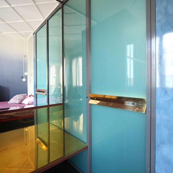 O vidro colorido deixa o espaço lúdico no ato