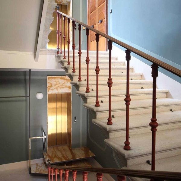 A escada e corrimão originais da casa, que data do século XIX