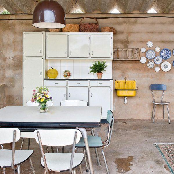 Na sala de almoço, peças em fórmica compradas em Girona e cuba amarela metálica alemã