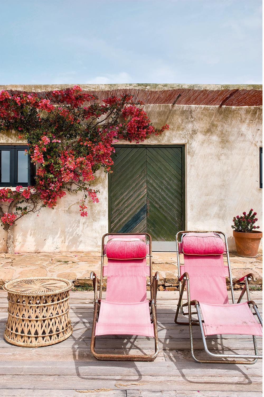 A fachada frontal, com a porta do quarto de casal ao fundo, recebeu cadeiras de piscina anos 1970 compradas na França