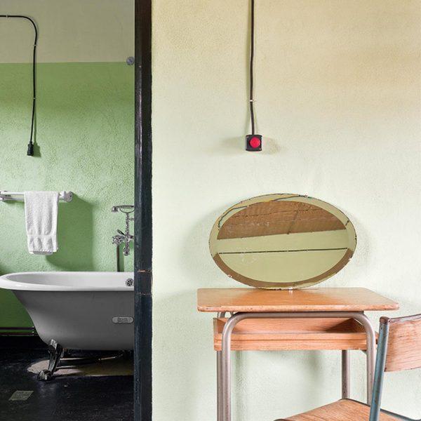 Carteira e cadeira escolares e banheira Roca