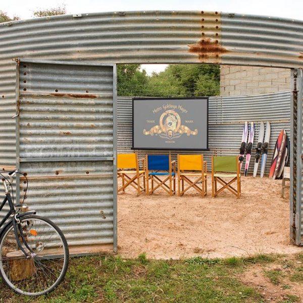 Em solução inventiva, o antigo tanque de água foi transformado em um cinema de verão