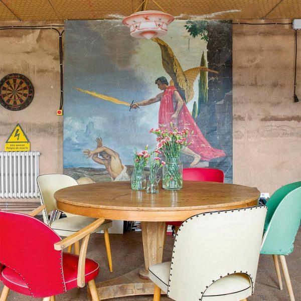 Mesa holandesa anos 1960 faz par com as cadeiras alemãs anos 1970