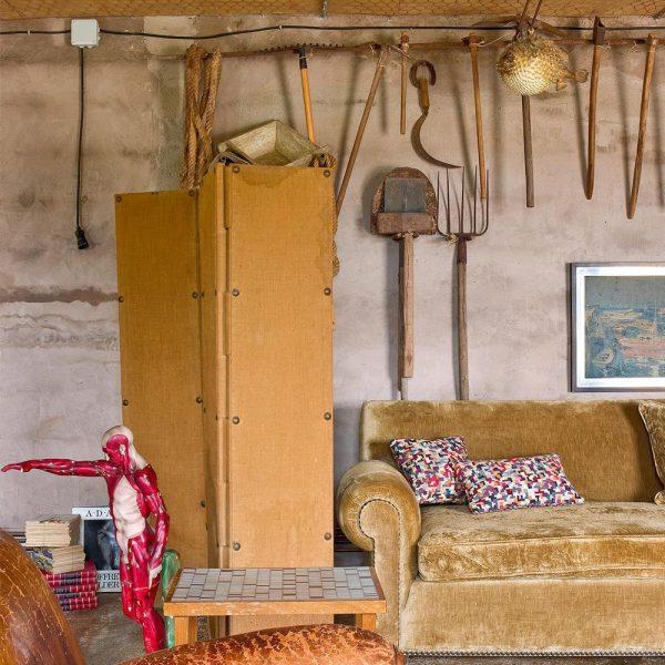 """Sofá revestido de veludo, ferramentas herdadas do antigo dono do imóvel e """"anatomia"""" espanhola anos 1960"""