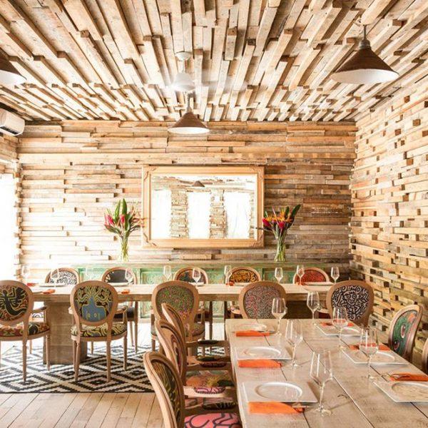 Na sala de refeições, ripas de madeira de diferentes tamanhos fazem um desenho lindo e de fácil execução. Você pode fazer no seu hall de entrada ou mesmo no lavabo