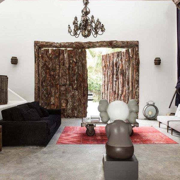 A porta em tronquinhos cortados é original da casa, escolhida, portanto, por Pablo Escobar