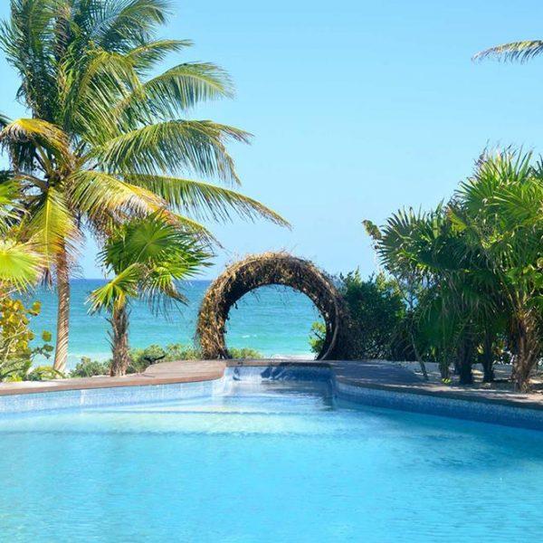 Uma das três piscinas do hotel