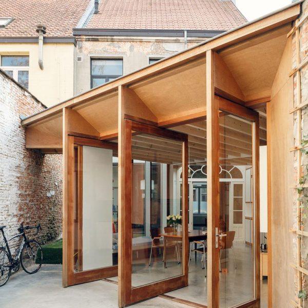 As portas de madeira se abrem para o jardim