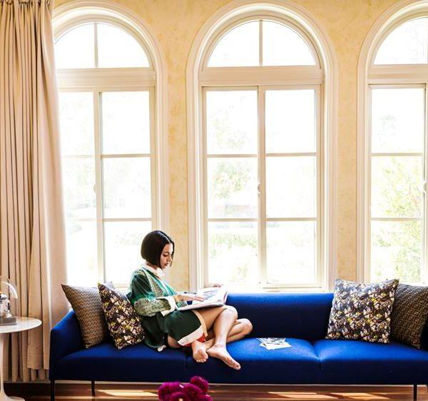 Sofá azul cobalto da ABC Carpet & Home