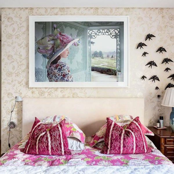 O quarto, super romântico, recebeu papel de parede delicado, almofadas e colcha em tons de rosa e andorinhas lindas da Bordallo Pinheiro