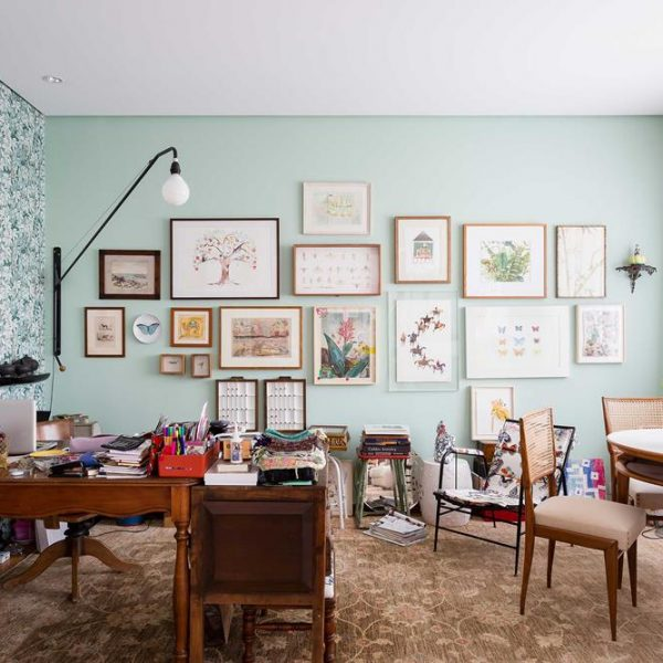 O escritório traz toda a inventividade do trio responsável pela reforma. As paredes receberam papel de parede e pintura que reproduz uma das cores do papel, em composição leve e esperta. Luminária Pontence, linda, um clássico Jean Prouvé