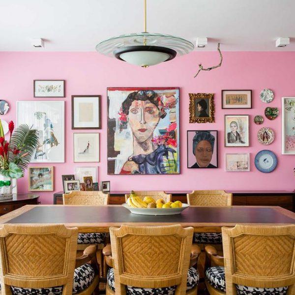 A parede do jantar recebeu quadros, objetos e pratos! As cadeiras em fibra contribuem para o clima descontraído