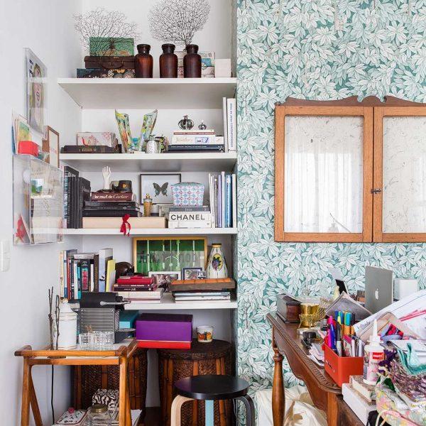 """A estante """"embutida"""" no nicho da parede, ajuda a organizar o escritório"""