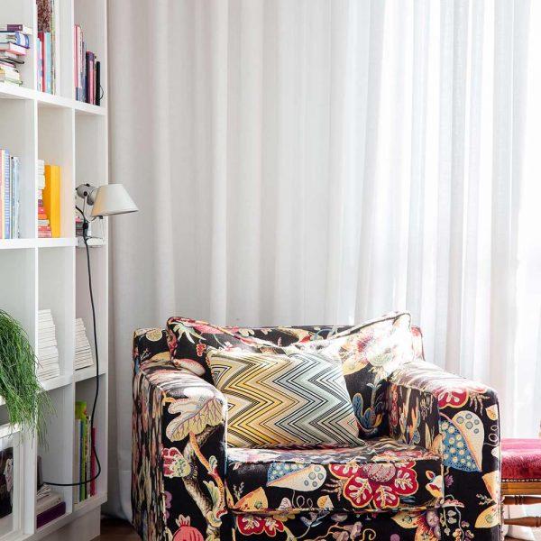 A poltrona revestida de tecido Adriana Barra faz bonito no estar