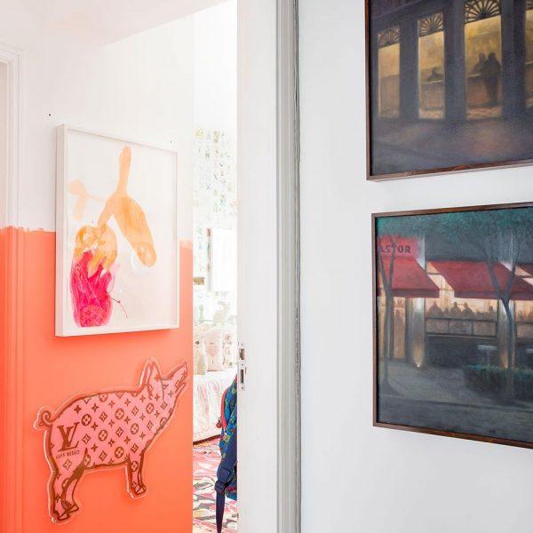 """O hall de entrada de um dos quartos, recebe a obra """"Luis Vitão"""", referência bem humorada à grife francesa"""